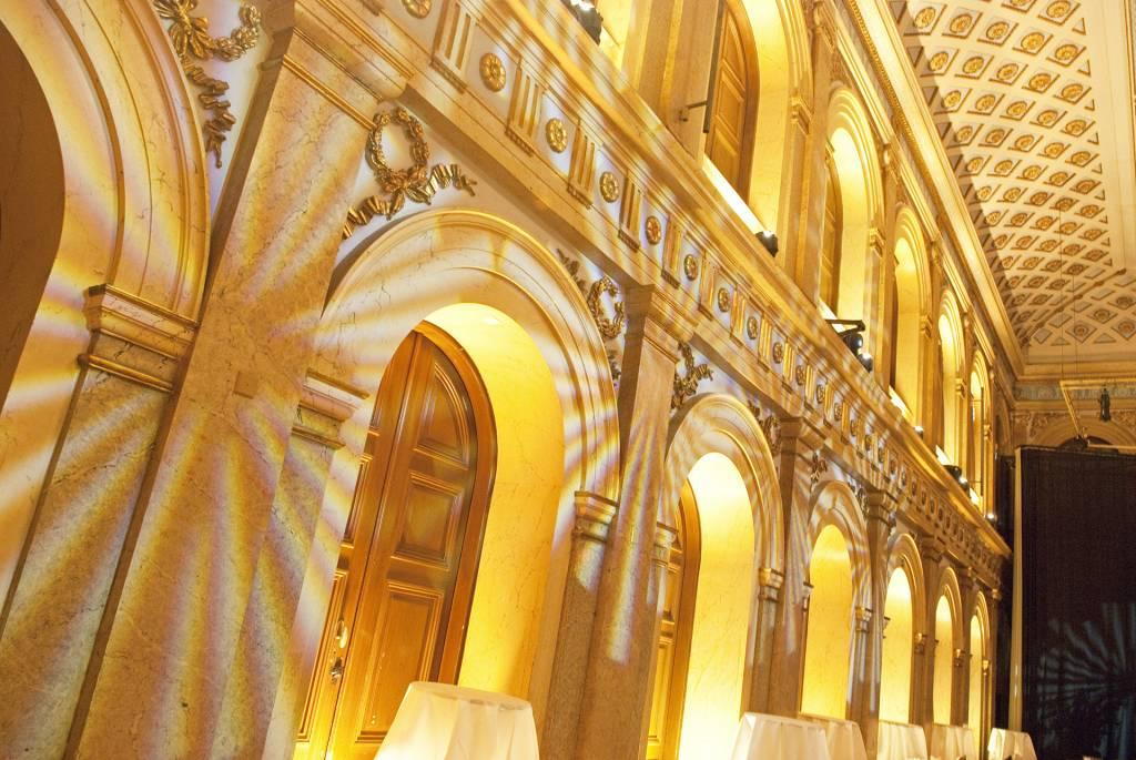 ylioppilastalo sisustettiin kreivi Louis Sparren ja arkkitehti Walter Thomén kalustein.